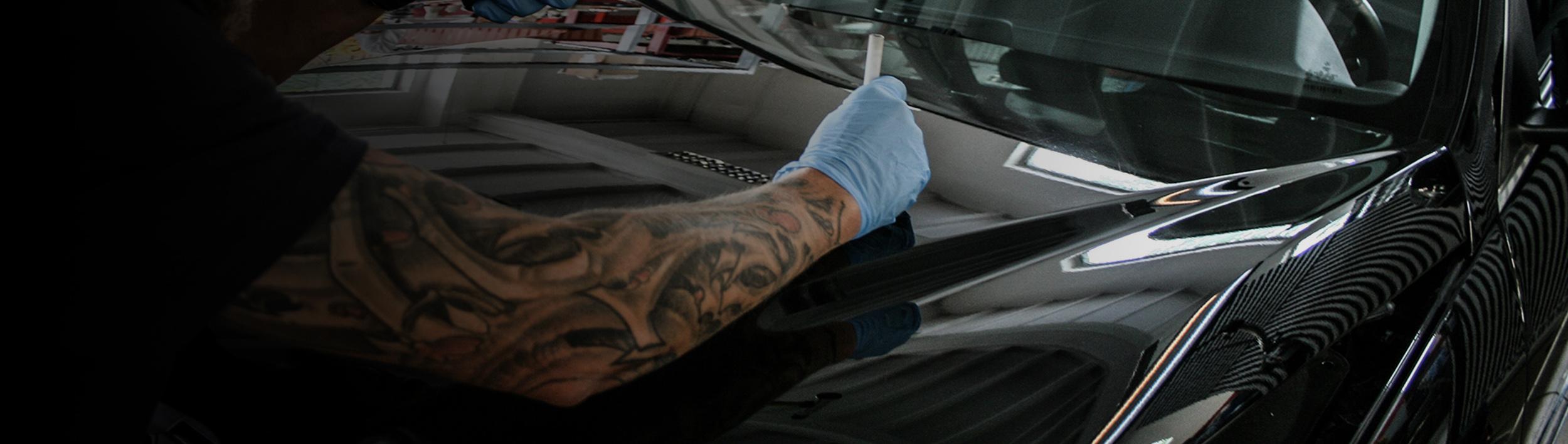 Usuwanie wgnieceń z maski samochodu